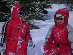 Enfants qui jouent dans la neige à Névache